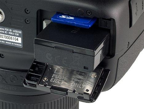 Bild Das Akku- und Speicherkartenfach kann über die Unterseite der Kamera erreicht werden. [Foto: MediaNord]