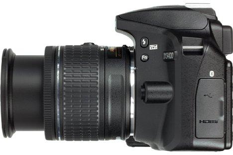 Bild Mit einem Micro-USB- sowie einem Mini-HDMI-Anschluss bietet die Nikon D3400 nur sehr wenige Schnittstellen. [Foto: MediaNord]