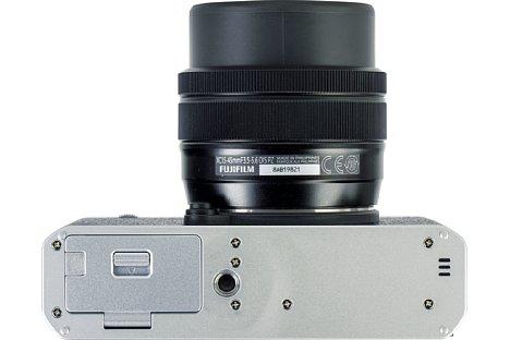 Bild Sehr ungünstig platziert hat Fujifilm das Stativgewinde der X-E4. Am besten holt man sich den passenden Griff mit Arca-Swiss-Aufnahme, der zudem die Handhabung der Kamera verbessert. [Foto: MediaNord]