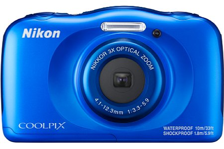 Bild Auch die blaue Variante der Nikon Coolpix W100 leuchtet kräftig. [Foto: Nikon]