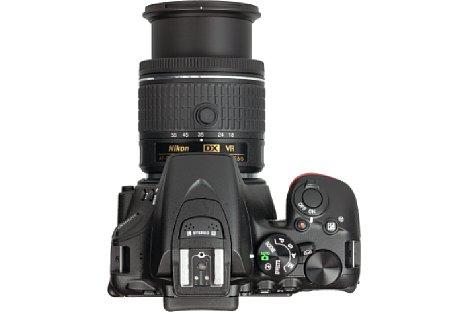 Bild Dank des ausgeprägten Griffs liegt die Nikon D5600 sehr gut in der Hand. [Foto: MediaNord]