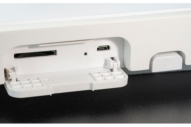 Bild Die Aussparung im Rahmen für die SD-Karte und den USB-Anschluss. Daneben der Schalter, der den Canvas in den Standby-Modus schickt und auch wieder aus dem Standby aufweckt. [Foto: MediaNord]