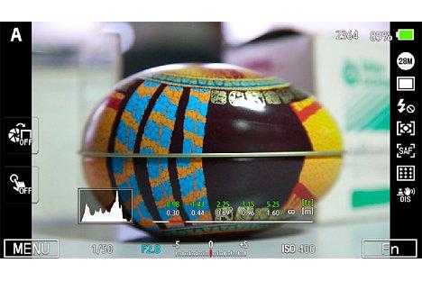 Bild Auf Wunsch blendet die Samsung NX1 eine Fülle an Informationen ins Sucherbild ein. Hier ist unten die Entfernungsskala zu sehen, mit deren Hilfe sich auch der AF-Bereich (Fokuslimiter) vorgeben lässt. [Foto: Martin Vieten]