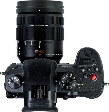 Bild Panasonic nutzt das große Gehäuse der Lumix DC-GH5 II für zahlreiche Knöpfe und das eine oder andere Einstellrad. [Foto: MediaNord]