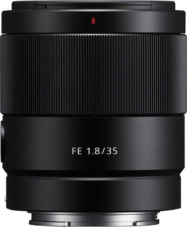 Bild Das Gehäuse des Sony FE 35 mm F1.8 (SEL35F18F) besteht aus Metall. Trotzdem ist es mit 280 Gramm angenehm leicht und mit gut sieben Zentimetern Länge auch gut transportabel. [Foto: Sony]