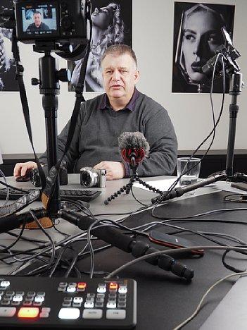 """Bild Ernst Ulrich Soja bei der Produktion des Schulungsvideo """"Fortgeschrittener Kurs für Sony"""". [Foto: MediaNord]"""