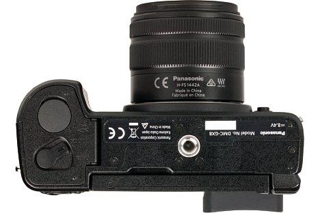 Bild Das Metallstativgewinde sitzt bei der Panasonic Lumix DMC-GX8 in der optischen Achse. Auch der Abstand zum Akku- und Speicherkartenfach ist ausreichend. [Foto: MediaNord]