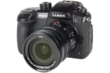 Bild Ideal passt dasPanasonic Leica DG Vario-Elmarit 12-60 mm F2.8-4 ASPH. Power O.I.S. zur Lumix DC-GH5. Sowohl das Objektiv als auch die Kamera sind gegen Staub und Spritzwasser abgedichtet. [Foto: MediaNord]