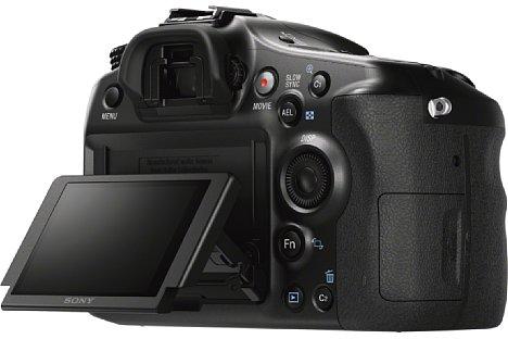"""Bild Der bewegliche 2,7""""-Bildschirm der Sony Alpha SLT-A68 lässt sich um 135 Grad nach oben und 55 Grad nach unten klappen. [Foto: Sony]"""