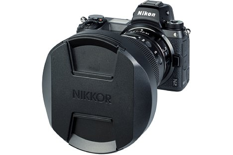 Bild Des Weiteren liegt dem Nikon Z 14-24 mm F2.8 S der große StülpdeckelLC-K104 bei, der auf die Streulichtblende HB-97 gesteckt werden kann. [Foto: MediaNord]