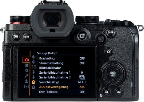 Bild Auf der Rückseite besitzt die Panasonic Lumix DC-S5 einen 7,5 Zentimeter großen Touchscreen, der sich seitlich schwenken und drehen lässt. Der 0,74-fach vergrößernde Sucher löst lediglich 2,36 Millionen Bildpunkte auf. [Foto: MediaNord]