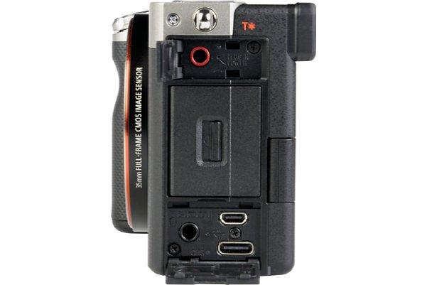 Bild Die Sony Alpha 7C besitzt eine Micro-HDMI-Schnittstelle (Typ D) mit Clean HDMI. Die Micro-HDMI-Schnittstelle (die obere der beiden Schnittstellen unten rechts) hat etwa die Größe einer Micro-USB-Buchse. Darunter befindet sich die USB-C-Buchse. [Foto: MediaNord]