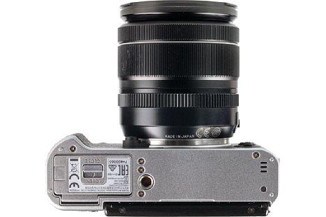 Bild Sehr ungünstig platziert hat Fujifilm das Stativgewinde der X-T20. Ab besten holt man sich den passenden griff mit Arca-Swiss-Aufnahme, der zudem die Handhabung der Kamera verbessert. [Foto: MediaNord]