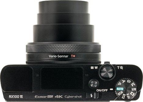 Bild Das Objektiv der Sony RX100 VI ragt markant aus dem ansonsten flachen Gehäuse heraus. Neben dem Pop-Up-Sucher ganz links und dem Pop-Up-Blitz in der Mitte war leider kein Platz mehr für einen Blitzschuh. [Foto: MediaNord]